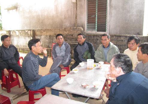 Hai ngày nay, người thân những người bị nạn ở Lào lo lắng nhận tin người thân qua điện thoại. Ảnh: Nguyên Khoa