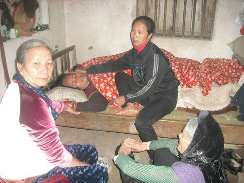 Nỗi đau bao trùm gia đình ông Tuấn khi có đến 3 người thân cùng tử nạn. Ảnh: Nguyên Khoa
