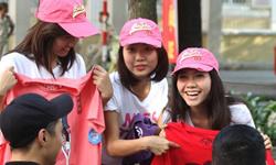 Hotgirl bán quần áo kiếm tiền làm từ thiện