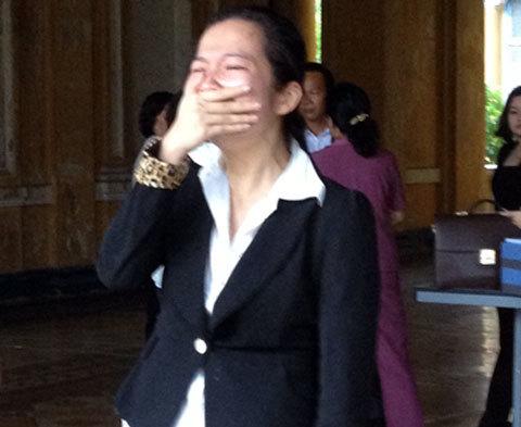 Con gái ông Quyên khóc khi cha bị tuyên y án. Ảnh: N.V