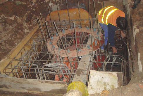 Thi công trụ cầu cho người đi bộ ngay trên đường ống nước, có thể gây vỡ ống