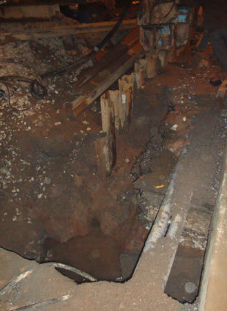 Nhà thầu ép cọc sâu làm vỡ đường ống nước dưới lòng đất. Ảnh: PV