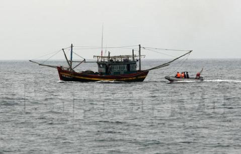 Dùng Canô kiểm tra các tàu đánh cá trên vùng biển Quảng Trị&.