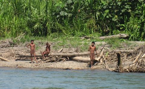 Họ sinh sống dọc theo một dòng sông ở phía đông nam Peru. Chính phủ Peru đã cấm người dân vào khu vực sinh sống của bộ lạc để bảo vệ họ.
