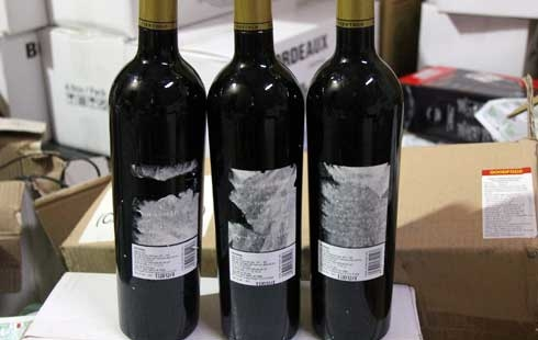Những chai vang nội sau khi bóc tem sẽ biến thành vang ngoại. Ảnh: Thái Thịnh.