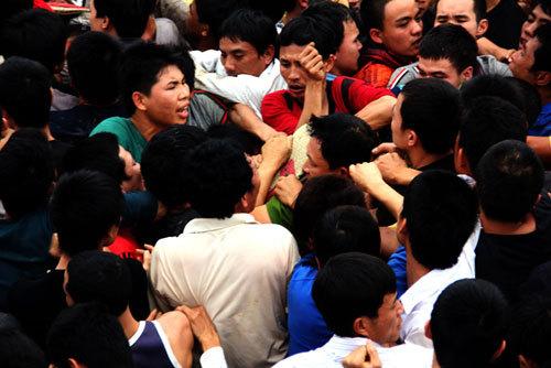 Nhiều người trèo lên nhau để cướp chiếu