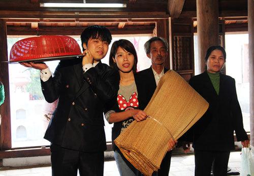 Gia đình nào cướp được chiếu đều ra miếu làm lễ tạ với hai chiếc chiếu mới, sau đó, gia đình mở tiệc ăn mừng.