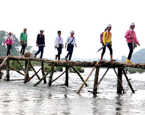 Vào mùa nắng những chiếc bè phao ngưng hoạt động, người dân tự làm cầu tre bắc ngang qua sông Re lập trạm thu phí từ 2000 đến 5000 đồng (kèm theo xe đạp, xe máy) hai lượt qua lại. Hôm nào có tiền nộp phí qua cầu thì học sinh ở các thôn: Làng Bung, Mò O, Làng Gìa, Làng Chai vượt sông Re qua Làng Tranh đến trường đi trên chiếc cầu tre này. Còn những ngày không có tiền nộp phí qua cầu thì học sinh Tiểu học, THCS Sơn Ba đành lội sông sâu đến trường.