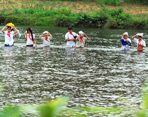 Học sinh trường THCS Sơn Ba vượt qua quãng sông sâu từ Làng Bung qua Làng Tranh đến lớp.