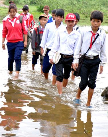 """Không chỉ vượt quãng sông Re hơn 300 mét, học sinh trường Tiểu học, THCS Sơn Ba còn vượt qua nhiều con suối rộng để đến trường học tập. Thầy giáo Đặng Ngọc Việt, Phó Hiệu trưởng trường THCS Sơn Ba cho biết, mùa mưa học sinh """"đu dây"""" kéo bè vượt sông hiểm nguy rình rập đã đành, đằng này, mùa nắng đường đến trường của các em vẫn còn quá gian nan, nguy hiểm. """" Nhiều lần nhà trường kiến nghị với chính quyền địa phương can thiệp thế nhưng lãnh đạo xã bảo người dân tự làm cầu tre bắc qua sông thu phí nên khó can thiệp được, thầy giáo Việt thổ lộ."""