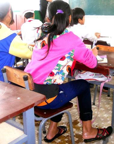 Nữ sinh vượt sông đến trường học tập với chiếc quần áo ướt sũng. Cô giáo Lưu Nguyễn Thúy Ly, giáo viên trường Tiểu học Sơn Ba bộc bạch, thương học trò nghèo, có hôm các giáo viên trích tiền lương hỗ trợ các em tiền phí qua cầu thế nhưng chỉ vài hôm sau hết tiền là các em đành lội sông Re đến trường vừa học vừa run vì lạnh khó thể cầm được nước mắt.