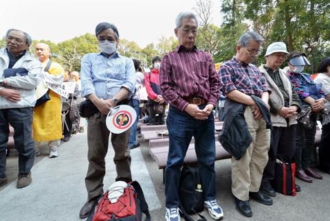 Những người dân Nhật Bản cầu nguyện cho nạn nhân của thảm họa động đất, sóng thần năm 2011 trước khi biểu tình phản đối năng lượng hạt nhân tại