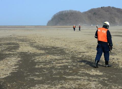 Hai năm đã trôi qua, song những cảnh sát vẫn tiếp tục tìm kiếm di thể của nạn nhân sóng thần