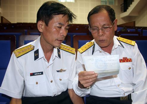 Đại úy Lanh (bên trái) ôn lại ký ức trận chiến Gạc Ma với ông Hoàng Hoan. Ảnh: Nguyễn Đông