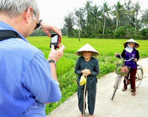 Đi trên đường làng giữa đồng lúa đang ngậm sữa, ông Ronald chụp lại những nạn nhân sống sót Mỹ Lai có cuộc sống thanh bình, không còn phải sợ súng đạn nữa. Với ông, cảm giác chụp ảnh sau 45 năm xảy ra vụ thảm sát thật bình yên, day dứt trong lòng nguôi ngoai đi nhiều.