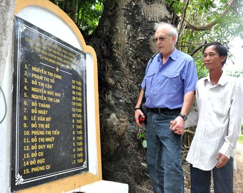 Ông đã trở lại gốc cây Gòn ở thôn Tư Cung, xã Tịnh Khê- nơi 45 năm trước lính Mỹ sát hại cùng lúc 15 người (chủ yếu là phụ nữ và trẻ em).