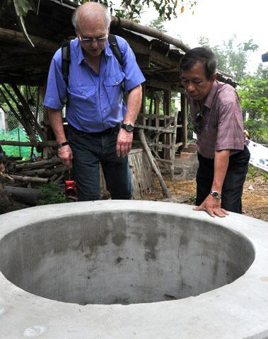 Ông cũng thăm lại giếng nước- nơi cụ già Trương Thơ bị lính Mỹ ném xuống sát hại. Theo ông Ronald, ngoài mình ra còn có phóng viên khác đã ghi lại hình ảnh dã man lính Mỹ kéo ông Trương Thơ từ trong nhà ra ngoài rồi ném xuống giếng trong buổi sáng 16/3/1968.