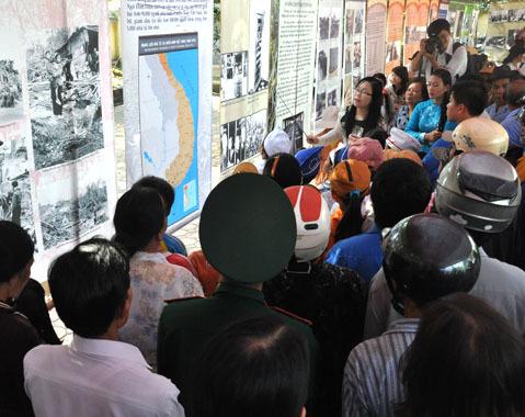 """Nhân dịp 45 năm tưởng niệm ngày xảy ra vụ thảm sát Mỹ Lai, sáng nay, Ban quản lý khu chứng tích Sơn Mỹ phối hợp với Bảo tàng chiến tranh TP HCM tổ chức triển lãm ảnh với chủ đề """" Tội ác chiến tranh Việt Nam"""" gây xúc động hàng nghìn người dân và du khách quốc tế."""