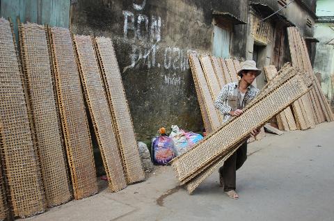 Người dân cất những lán bánh sau một ngày phơi nắng.