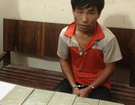 Giàng A Tơ cùng tang vật bị cảnh sát thu giữ.