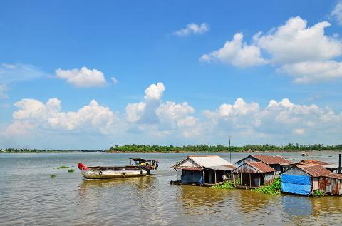 Những chiếc bè nuôi cá ở bến sông