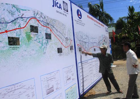 Người dân địa phương quan tâm đến dự án giao thông đặc biệt này. Ảnh: Nguyễn Đông