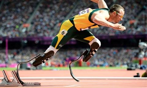 Ảnh: Sinh năm 1986 tại Nam Phi, Oscar Pistorius đã không có xương mác ngay từ khi sinh ra và khi cậu bé lên 11 tháng tuổi, 2 chân của cậu bị buộc phải cắt bỏ bằng phẫu thuật. Mang biệt danh Người đàn ông không chân nhanh nhất, Pistorius dự Paralympic năm 2004 và lập kỷ lục thế giới ở nội dung 200m với đôi chân nhân tạo