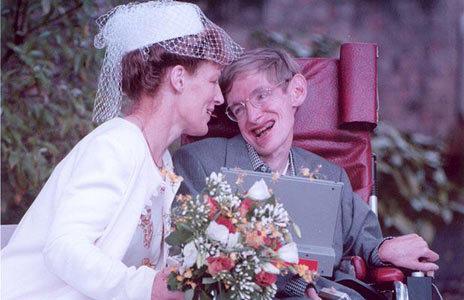 Stephen Hawking được coi là ông hoàng vật lý lý thuyết của thế giới trong suốt nhiều thập kỷ qua với những công trình nghiên cứu nổi tiếng về hố đen trong vũ trụ. Nhà vật lý 70 tuổi từng giữ vị trí giáo sư toán Lucasian tại Đại học Cambridge, Anh - chức danh mà Newton từng đảm nhiệm, trước khi nghỉ hưu năm ngoái.