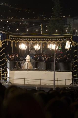 Cô dâu chú rể trao lời thề ước dưới một cái lều (chuppah). Ảnh: