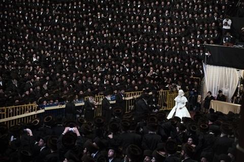 Đám cưới giữa cô dâu Hannah Batya Penet và chú rể Shalom Rokeach, cháu trai lớn nhất của lãnh đạo Yissachar Dov Rokeach