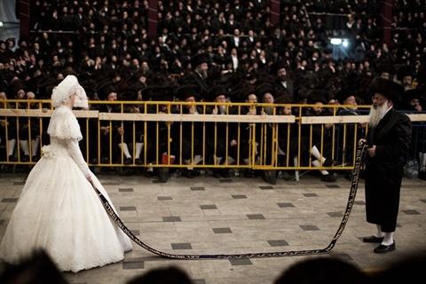 Một nghi lễ quan trọng trong đám cưới là cô dâu cầm đầu một dải dây, còn cha cô và những người đàn ông quan trọng khác trong cộng đồng nhảy múa ở đầu dây bên kia. Ảnh: