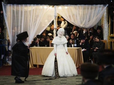 Một nghi lễ quan trọng trong đám cưới là cô dâu cầm đầu một dải dây, còn cha cô và những người đàn ông quan trọng khác trong cộng đồng nhảy múa ở đầu dây bên kia. Ảnh: EPA