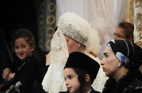 Cô dâu che mạng kín mặt trong suốt lễ cưới. Ảnh: