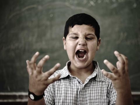 Hội chứng bàn tay lạ (alien hand syndrome).