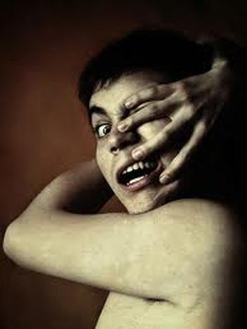 Trong trường hợp nguy hiểm, bàn tay lạ có thể tấn công chủ nhân.