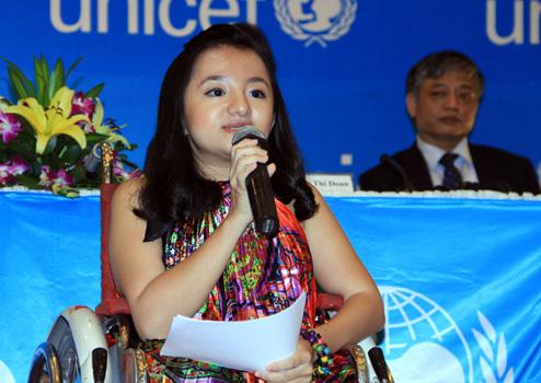 Nguyễn Phương Anh chia sẻ những khó khăn chính bản thân em và mong muốn góp tiếng nói đòi bình đẳng cho người khuyết tật Việt Nam. Ảnh: Nguyễn Đông