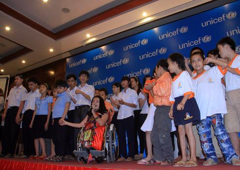 Trẻ em khuyết tật cùng bé Nguyễn Phương Anh biểu diễn văn nghệ tại lễ công bố Báo cáo tình hình trẻ em thế giới của UNICEF. Ảnh: Nguyễn Đông