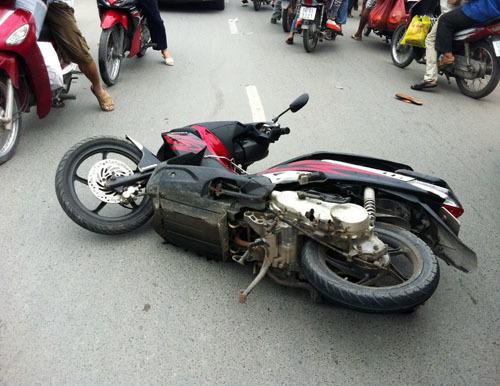 Xe Air Blade tên cướp lấy được và tháo chạy bị ngã giữa đường Lê Văn Lương. Ảnh: An Nhơn