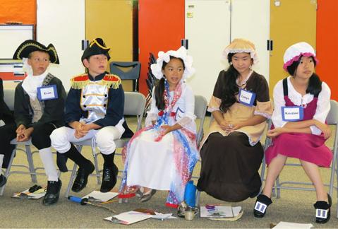 Các học sinh mặc trang phục lịch sử, và tái hiện từng giai đoạn của lịch nước Mỹ dưới sự hướng dẫn của một thầy giáo.