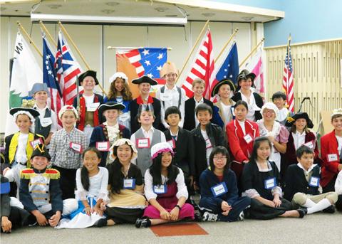 Buổi học lịch sử nước Mỹ cũa học sinh lớp 5 trường tiểu học Courreges ỡ thành phố Fountain Valley, quận Cam, California, Mỹ