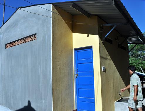 Mặc dù trường Tiểu học Long Sơn, huyện miền núi Minh Long được chương trình SEQUAP hỗ trợ xây khu nhà vệ sinh thế nhưng Sở giáo dục- đào tạo Quảng Ngãi tiếp tục xây thêm khu nhà vệ sinh cho trường này với giá gần 600 triệu đồng gây