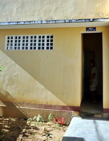 Khu nhà vệ sinh do Sở giáo dục- đào tạo Quảng Ngãi làm chủ đầu tư ở trường Tiểu học Long Sơn. Ảnh: Trí Tín.