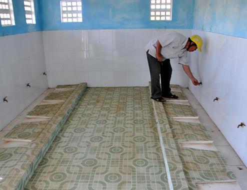 Nhiều nhà vệ sinh ở các trường học sơ sài nhưng có mức giá cao hơn nửa tỷ đồng. Ảnh: Trí Tín.
