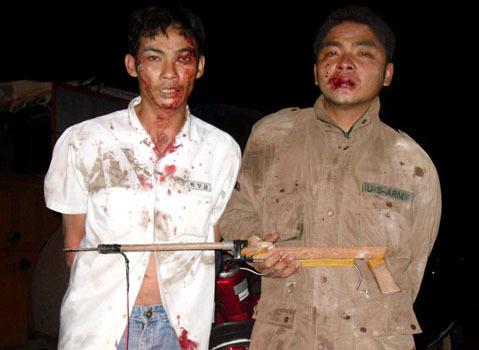 Hai tên trộm chó bị bắt khi đang tháo chạy trên tuyến đường ĐT 741 thuộc xã Hòa Lợi, huyện Bến Cát (tỉnh Bình Dương). Ảnh Quang Bình - Ngọc Thuận.