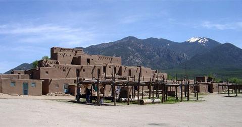 Tiếng kêu bí ẩn ở thành phố Taos.Dân bản địa và khách du lịch của thành phố nhỏ Taos thuộc New Mexico, từ lâu đã rất bối rối và khó chịu bởi một tiếng kêu vo ve bí ẩn với tần số thấp từ đâu đó ngoài vùng sa mạc. Lạ kỳ thay, chỉ có 2% dân số ở Taos lên báo cáo họ nghe thấy âm thanh này. Một vài người tin rằng chuyện này chỉ là do sự bất thường của âm thanh, nhiều người khác lại nghi ngờ đó là do sự kích động quần chúng nhằm một mục đích xấu xa nào đó. Dù đó là âm thanh gì, từ tự nhiên, tâm lý hay của một hiện tượng siêu nhiên nào đó, chưa ai biết được âm thanh này bắt nguồn từ đâu.
