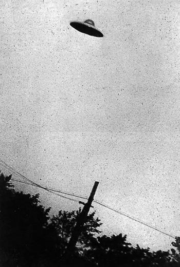 UFO. Nhiều người đã nhìn thấy những vật thể bay không xác định trên trời, họ không thể biết được đó là máy bay, sao băng hay cái gì khác. Sau nhiều cuộc điều tra kĩ càng, vài nguyên nhân đã được đưa ra để giải thích cho những những hiện tượng mà người ta nghĩ là UFO. Tuy vậy, một vài sự kiện liên quan đến UFO thật, như sự kiện xảy ra tháng 7/1947 ở Roswell, New Mexico, vẫn còn là một câu chuyện bí ẩn.