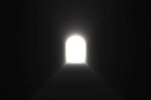 Trải nghiệm cận kề cái chết và cuộc sống sau khi chết. Những người đã từng đứng gần ngưỡng cửa của cái chết, sau khi tỉnh dậy, đã tiết lộ nhiều điều huyền bí, chẳng hạn như, đi qua một đường hầm trong một luồng sáng kỳ lạ, được đoàn tụ với những người yêu thương và cảm thấy rất bình an, v.v& Tất cả những điều nói trên có thể là bằng chứng cho sự tồn tại của một thế giới khác sau khi chết. Tuy vậy, chưa từng có ai trở về từ cuộc sống sau cái chết để đưa ra bằng chứng và khẳng định lại thông tin này. Những người hoài nghi thì cho rằng trải nghiệm này đơn giản chỉ là ảo giác tự nhiên của một vùng não nào đó bị tổn thương. Hiện tại, khoa học vẫn chưa khẳng định được nguyên nhân của những trải nghiệm cận kề cái chết, và liệu chúng có phải là hình ảnh của một cuộc sống sau khi chết hay không.