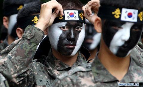 Các binh sĩ Hàn Quốc cả nam và nữ tham gia diễn tập. Hoạt động này là rất thường xuyên ở Hàn Quốc.