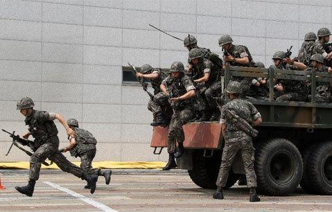 Quân đội, cảnh sát và cả các nhân viên cơ quan chính phủ cùng tham gia.
