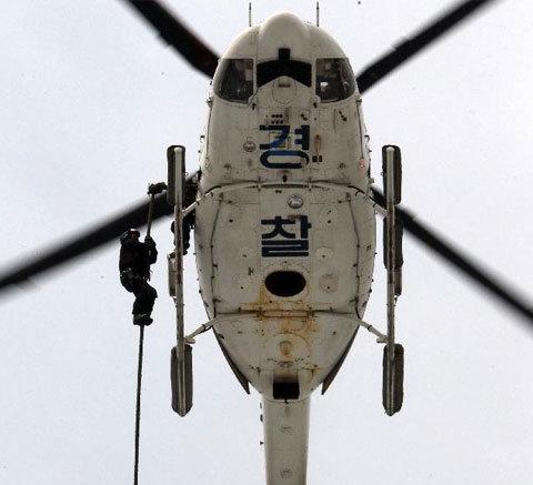 Đặc nhiệm thực hiện bài huấn luyện với trực thăng.